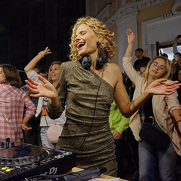 Daria Kolomiec. Вечірка на балконі Daria Kolomiec Musical journal